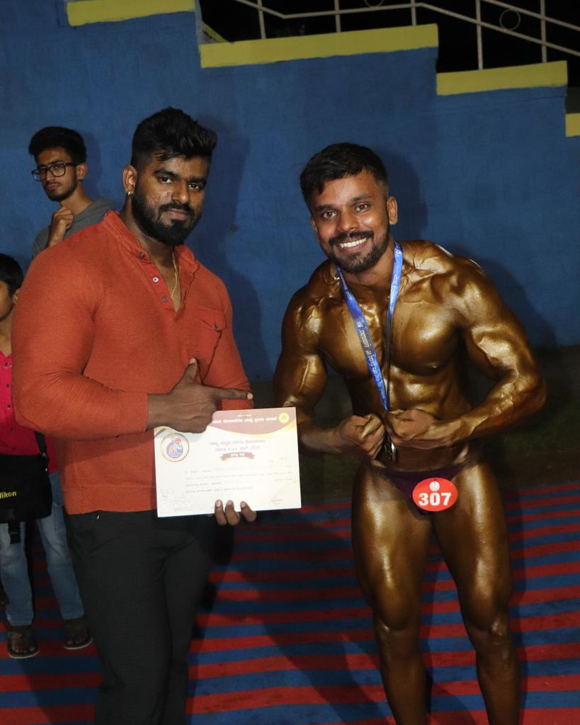 """""""Your body achieves only what your mind believes!"""" With coach @dhanu_fitness #Gym #goal #determination #gymlife #win #coach #motivation #mysore #dasara2019 #Teampowerzonefitnessclub #teamdfitness #diet #gymmotivation #arnoldschwarzenegger #Bodybuilding #bodybuilderpic.twitter.com/yY2NswFTeu"""