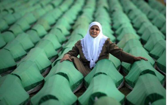 Srebrenitsa katliamını inkar eden ve Sırp savaş suçlularını savunan Peter Handke'ye Nobel Edebiyat Ödülü nün verilmesini şiddetle kınıyor; bütün şehitlerimizi rahmetle anıyorum.