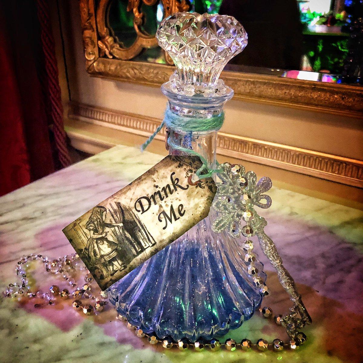 Temptation! Alice at the Palace at Blenheim Palace Christmas. 🐰🎄🕳 #aliceinthepalace #blenheim #aliceinwonderland #christmas #blenheimpalace #drinkme #christmastime @BlenheimPalace