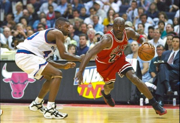 花里胡哨有何用?喬丹的過人技巧告訴你:這才是真正的籃球!