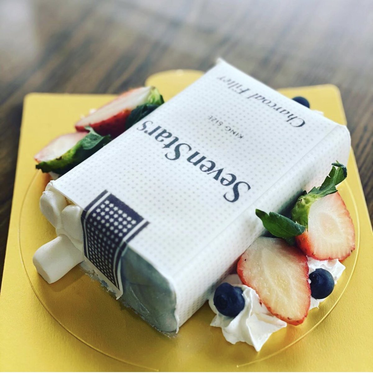 実は私ケーキ屋でもあるのですが、たばこケーキが最近の傑作なので見てもらえませんか……🥺