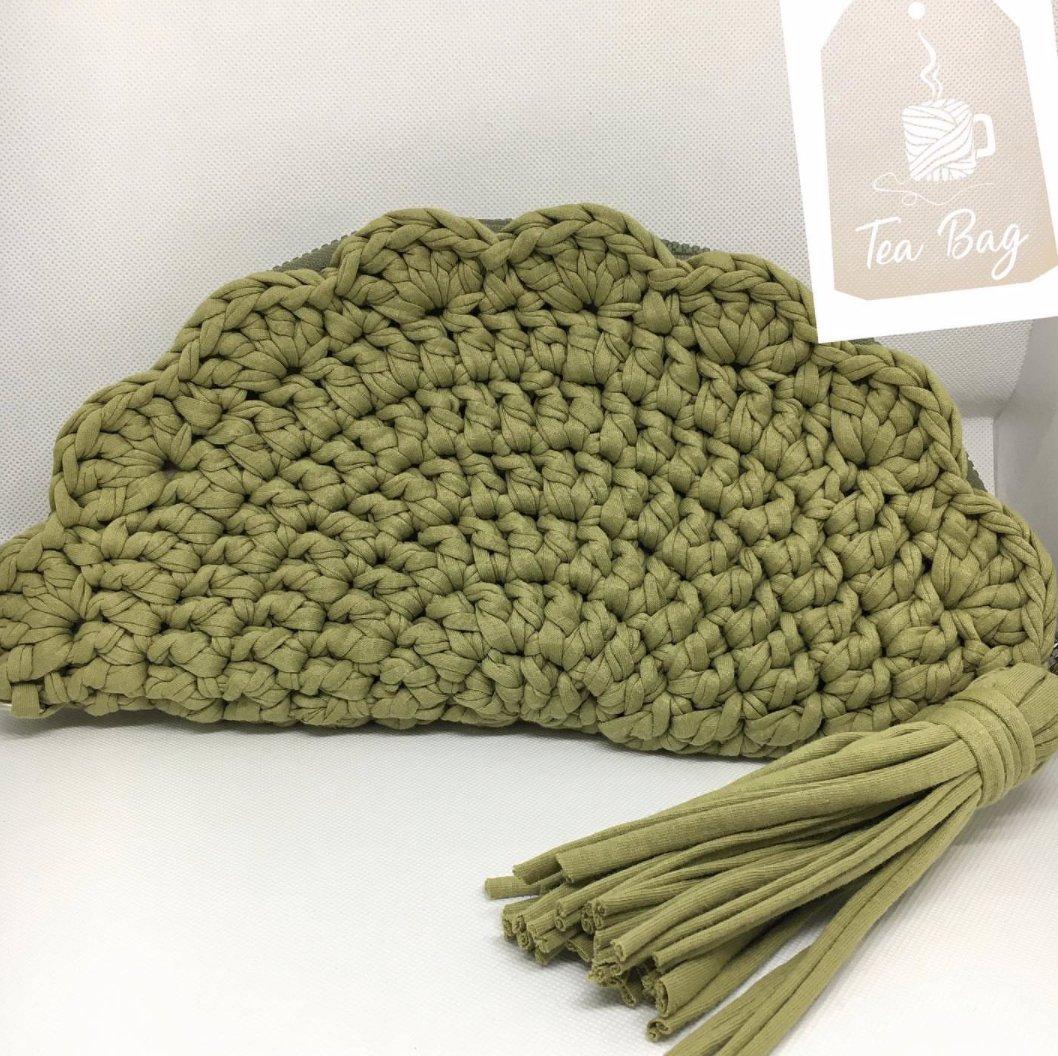 Fan scallop clutch 😋⠀ .⠀ .⠀ .⠀ .⠀ 📸@teabag.handmade .⠀ .⠀ #foxyyarnco #tshirtyarn #accessories #knitting #handmade #yarn #knit #yarnaddict #crocheting #crochetaddict #knittingaddict #yarnlove #yarnhoarder #crochetlove