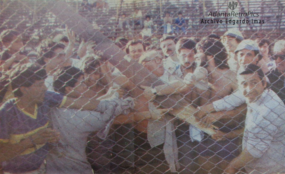 1989. #ArgentinosJuniors 0 #Boca 0. #AAAJ local en la cancha de #Atlanta. Suspendido a los 42' PT porque cedió un paraaavalanchas en la tribuna popular ocupada por hinchas de #Bocas. Algunos de ellos muestran un tablón que también se desprendió. Hubo varios heridos.