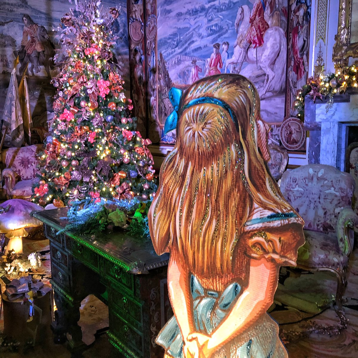 Inside the house: Alice at the Palace at Blenheim Palace Christmas. So fun! 🐰🎄🕳 ____________________________________ #aliceinthepalace #blenheim #aliceinwonderland #christmas #blenheimpalace #drinkme #christmastime @BlenheimPalace