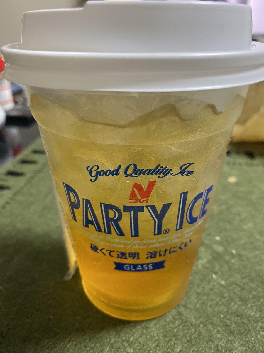 最近コンビニに売ってる氷にレッドブルを入れて飲むのが最&高⤴︎⤴︎