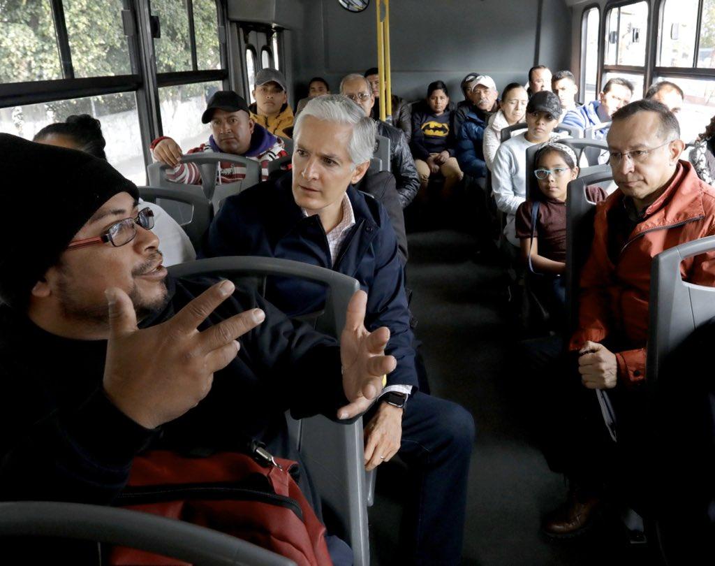 En un camión de la Ruta 26, platiqué con vecinas y vecinos de #Tlalnepantla, sobre la importancia de fortalecer la seguridad en el transporte público.