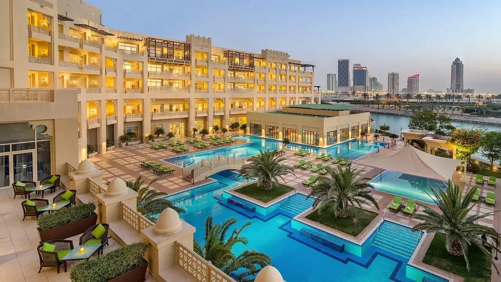 Imagem do hotel que o Flamengo ficará hospedado durante o Mundial de Clubes, em Doha. A delegação terá um andar todo fechado para uso e uma área reservada com salas para alimentação, reuniões e treino indoor. #ODia