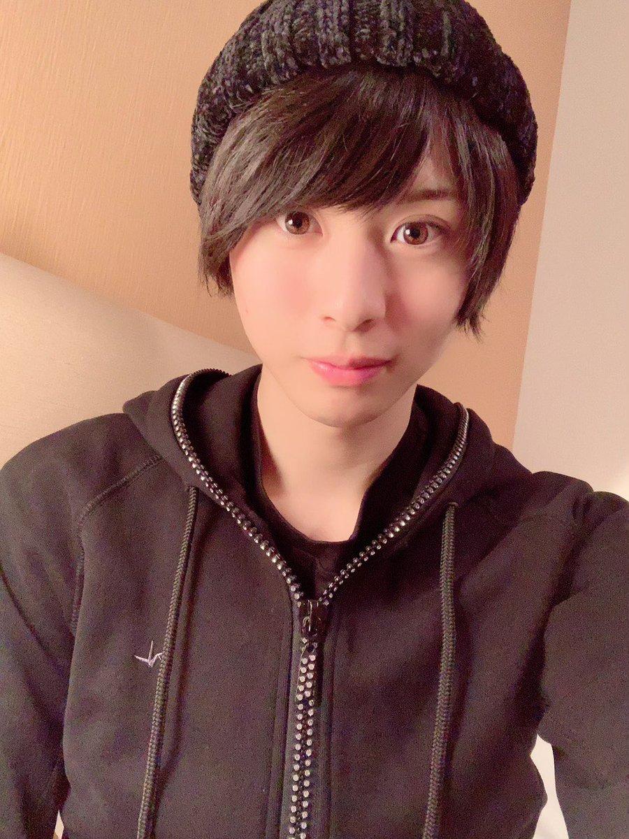 北から南へ福岡に来ました!はるきさんからパーカーとスウェットのセットアップをプレゼントしていただきました☺️キラキラしてて可愛いです🌈はるきさんありがとうございます😘😘明日から本番!!楽しんで頑張ります!!おやすみなさい💤