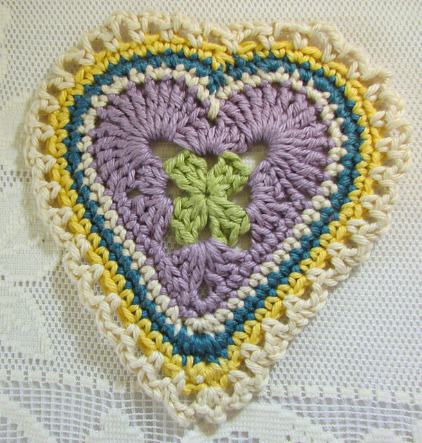 Do you like this crocheted heart? Please tell us in the comments section. Visit  to download the pattern.   #heart #hearts #crochet #crochetersofinstagram #crochetando #crochet_relax #crochetaria #crocheterapia #crochetaddict #crochet_pattern #crocheting