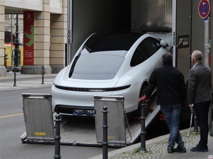 Der Porsche Taycan kommt weltweit in die Showrooms. Das er
