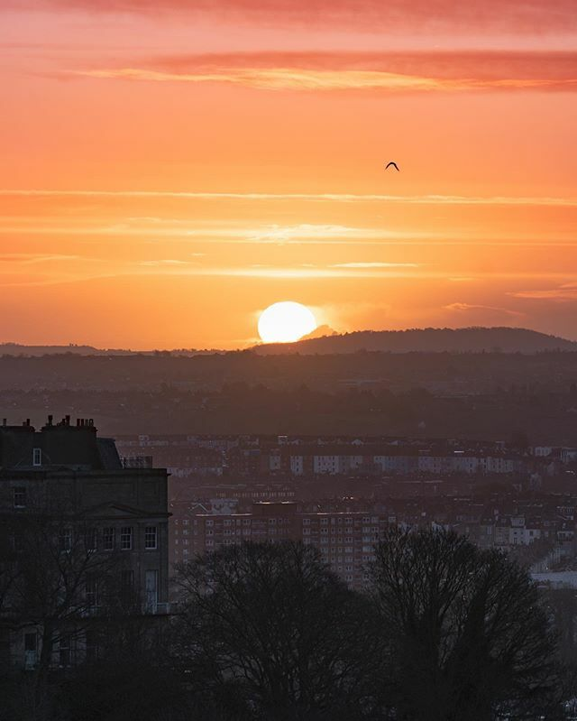 Behold the arrival of the magic flaming sky egg 🌝🥚🎺🎺🎺...I'd really like to apologise about my awful captions... but I'm not going to 🥴...Good to see top man @danrose95 this morning...#bristol #igersbristol #ig_color #earthcapture #app… https://ift.tt/36n45VF