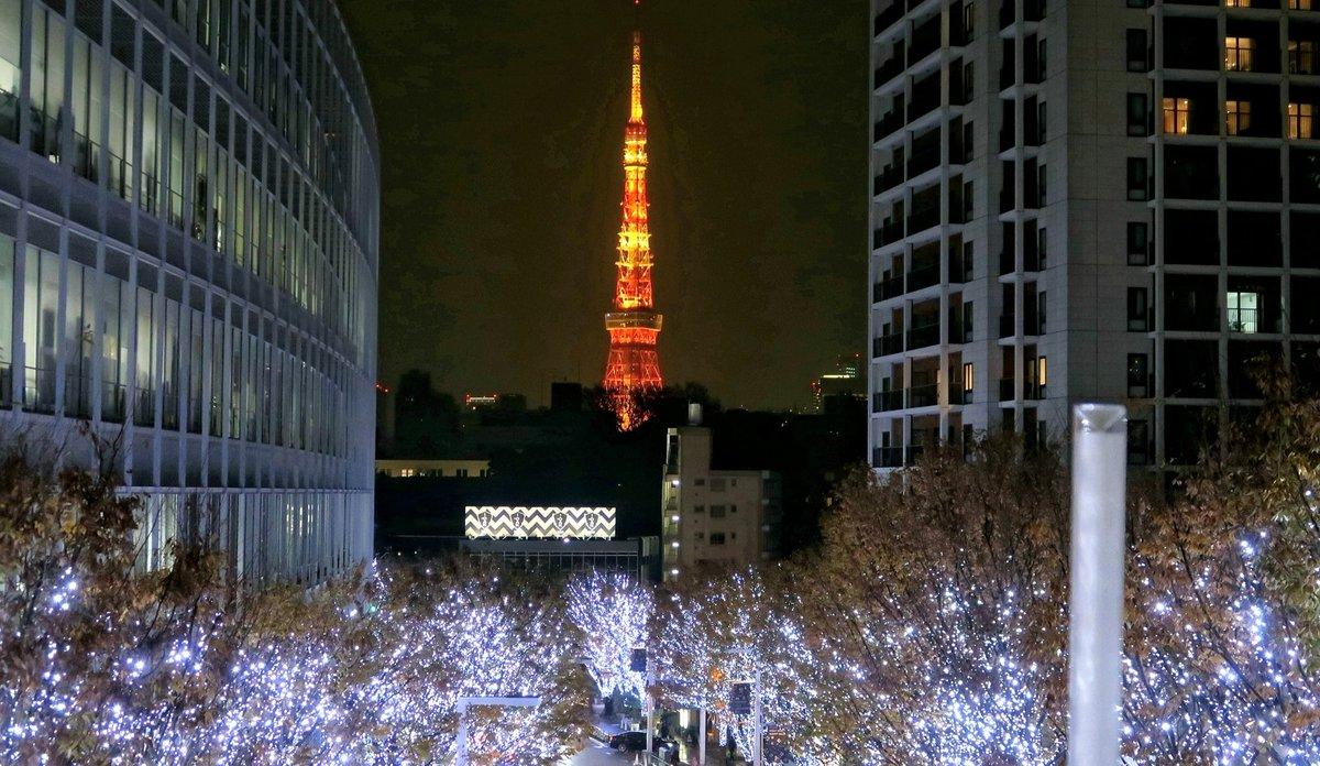 けやき坂の イルミネーションの向こうに ランドマークライトの 優しいオレンジ ずっと見つめていたくなる 美しい夜の東京タワー🗼  #写真好きな人と繋がりたい #ファインダー越しの私の世界 #キリトリセカイ #六本木ヒルズ  #東京タワー