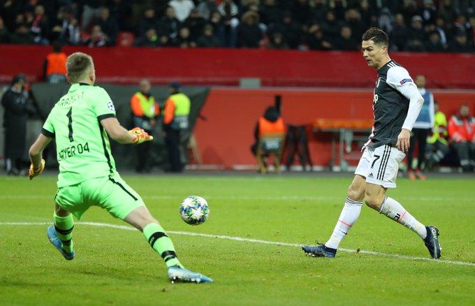 Cristiano Ronaldo mencetak gol ke gawang Bayer Leverkusen di laga terakhir babak grup Liga Champions 2019/2020