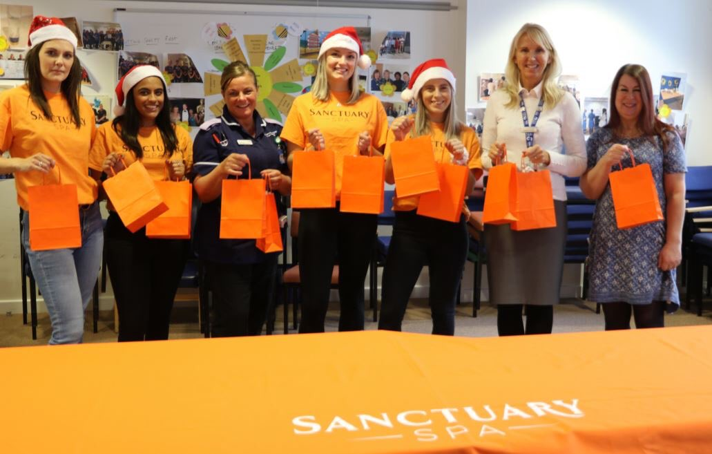 @254wendy @Gaynora @sharongouldinga  Thank you @LivBeighton and @sanctuaryspa for visiting us today @nhsuhcw and generously donating lovely sanctuary Xmas goodies to our hard working maternity staff 🙌🌟 https://t.co/uzYEbaKk9w