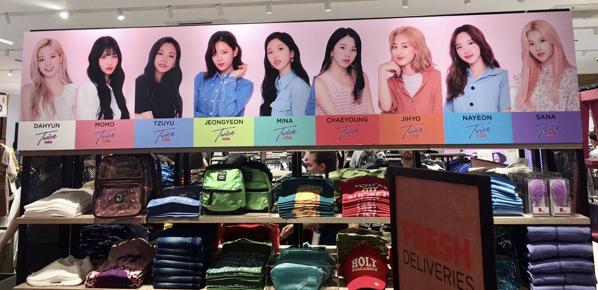 Love the way Bench got all the members' official colors right and set everything up to match each color  #TWICE #TWICEforBENCH  https:// twitter.com/wontouni/statu s/1204737945950806017  … <br>http://pic.twitter.com/KfnM0gNUw8
