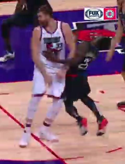 【影片】遭遇腦震蕩!「瘋狗」Beverley頭部撞到小Gasol鐵肘,本場比賽不會回歸!-黑特籃球-NBA新聞影音圖片分享社區