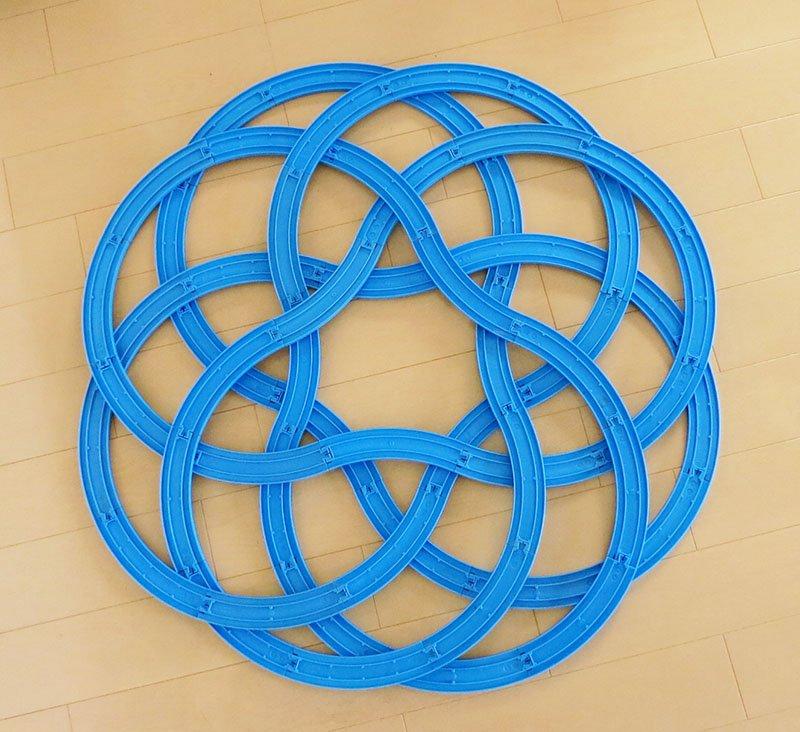 2016年に、プラレールで作った幾何学模様をTwitterで紹介したところ、多くの反響をいただきました。その前後に、いろいろとプラレールの幾何学について考えたりプログラムを作ったりしていたので、その一連の流れを振り返りつつ紹介したいと思います。