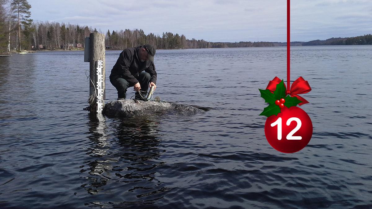 #HELYnteri luukku 12: Mitä vesitalousasiantuntijamme tekee kuvassa?   A) Asentaa lämpötila-anturia B) Etsii sopivaa kalastuspaikkaa C) Perkaa joulukalaa https://t.co/t2PUqpFnto