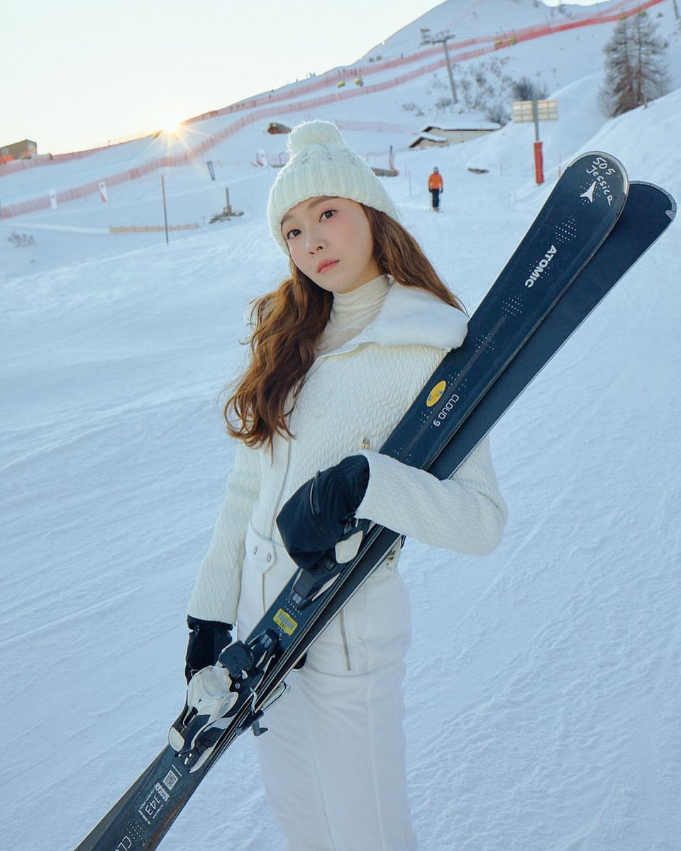 Remember when Jessica said skiing is her family tradition but she can't ski well lol <br>http://pic.twitter.com/rRDHH7lpjf