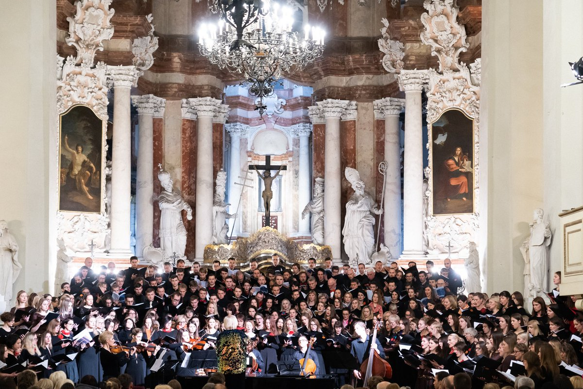 Some photos from #KlasikaVisiems concert last Saturday where three @VU_LT choirs #Gaudeamus, #Virgo, #ProMusica together with hundreds of registered participants performed marvelous #SunriseMass by remarkable @olagjeilo. STS.Johns Church #Vilnius, @Lithuania 7 Dec 2019 https://t.co/NfiUwuVwjw
