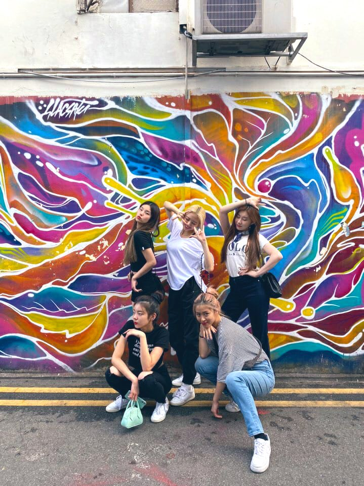 🧐 Mystery SOLVED! The lovely girls visited Haji Lane today! Did you spot them on there? Tell us where shld they visit in #SINGAPORE? #ITZYSHOWCASEINSG #ITZYINSG