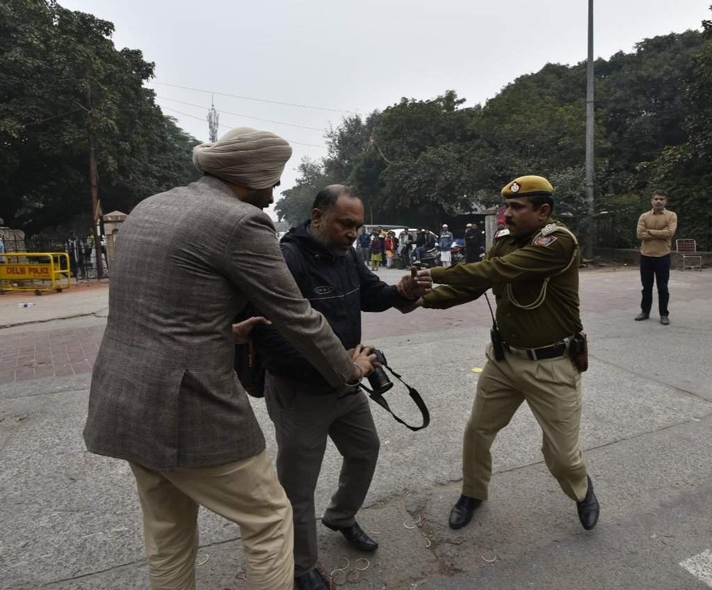 Delhi police behaving like true gentlemen and telling journalists how to report, do their job.   Now, if they could also focus on tackling crime.  PS: Superb job, whoever clicked these pics.