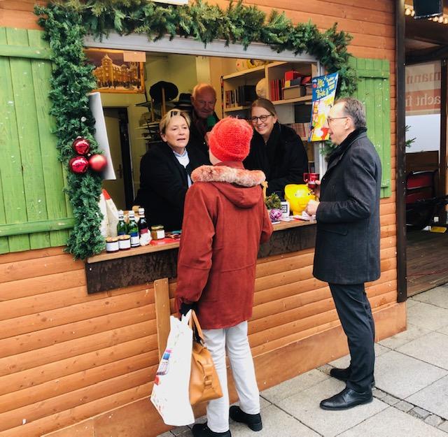 Heute Mittag hat Ministerin Susanne #Eisenmann bei Weihnachtsmann & Co. beim Verkauf geholfen - eine schöne Tradition, und eine Aktion, bei der Frau Eisenmann jedes Jahr gerne mitmacht. #stuttgart #weihnachtsmarkt