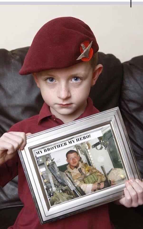 フィン・ドハーティーは6歳の時、空挺部隊にいた兄をアフガニスタンでの戦闘で亡くした。今年彼は兄と同じ空挺部隊の訓練課程を卒業し、ベレー帽を授与された。それは、ただのベレー帽ではなく、兄が着用していたものを11年前、兄と共に闘った仲間から授けられた物だった