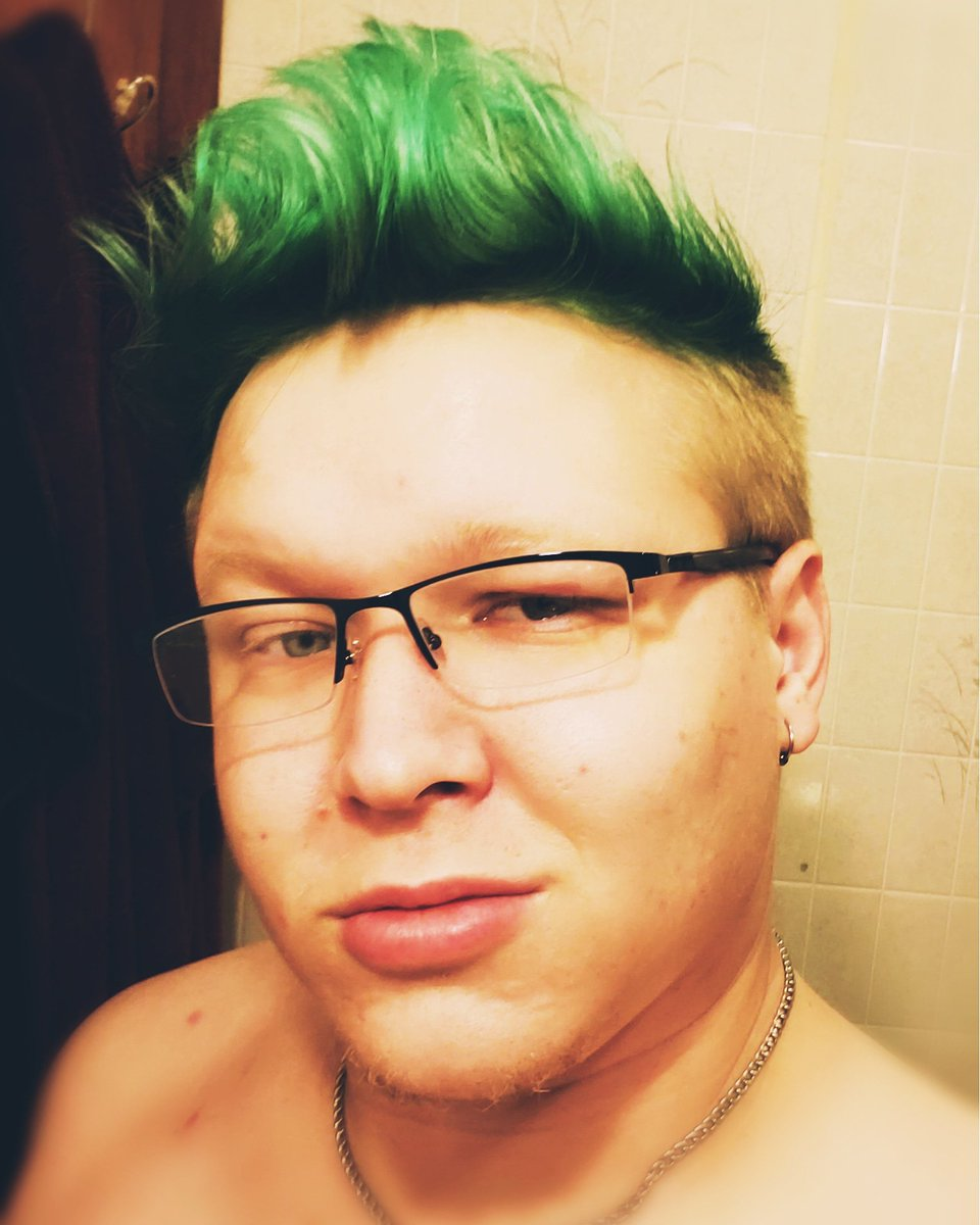 Forgot to post this pic of my hair xD  I did it winter green for the holiday, guess I'm a mean one, and my shoes are too tight xD  #hairstyles #dyedhair pic.twitter.com/WNFiAfCu67