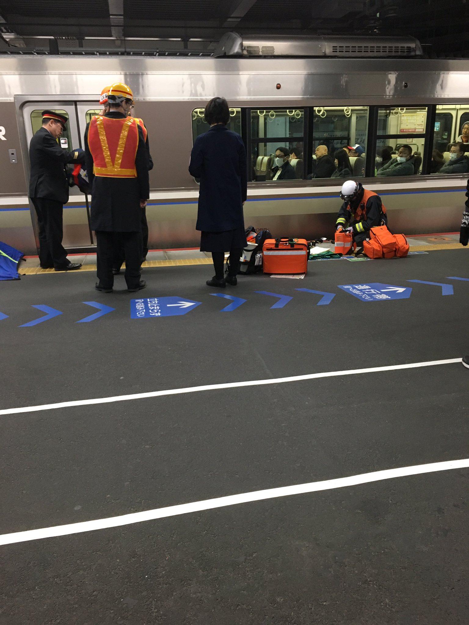JR京都線の茨木駅の人身事故で救急隊が到着している現場の画像
