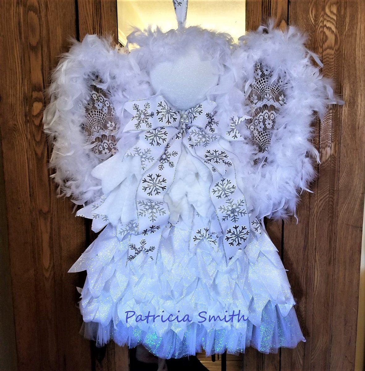 I am in LOVE with this #angel #wreath, this is just sooo beautiful! Made by Patricia Smith using the #UITC Triangle Board! #Imadethis #DIY #DIYwreath #makeitwithMichaels   Triangle Board by UITC  https://uniqueinthecreek.com/collections/wreath-frame-board/products/triangle-wreath-board-wreath-frame?variant=17673013821498 …   Triangle Board Tutorials  https://www.youtube.com/playlist?list=PLFetCpLC4VkbD4zksFnApsrqEC0IwN316 …pic.twitter.com/g35zudQcxJ