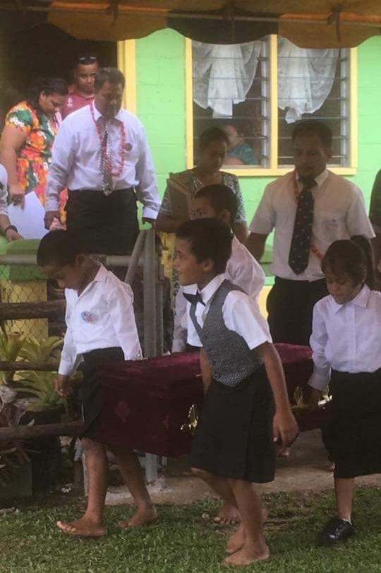 It seriously has to be one of the most heartbreaking photos shared in Samoa at the moment. #SamoaMeasles   This shared by Tutuila Taafua.   A baby girl carried out by her brothers.   No words. <br>http://pic.twitter.com/zgxNkjZ7BD