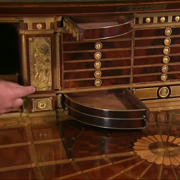 18世紀ドイツの家具職人レントゲン親子の工房で作られたという、機械仕掛けの隠し棚や引き出しが満載のキャビネット。これは何というか、ちょっともう....