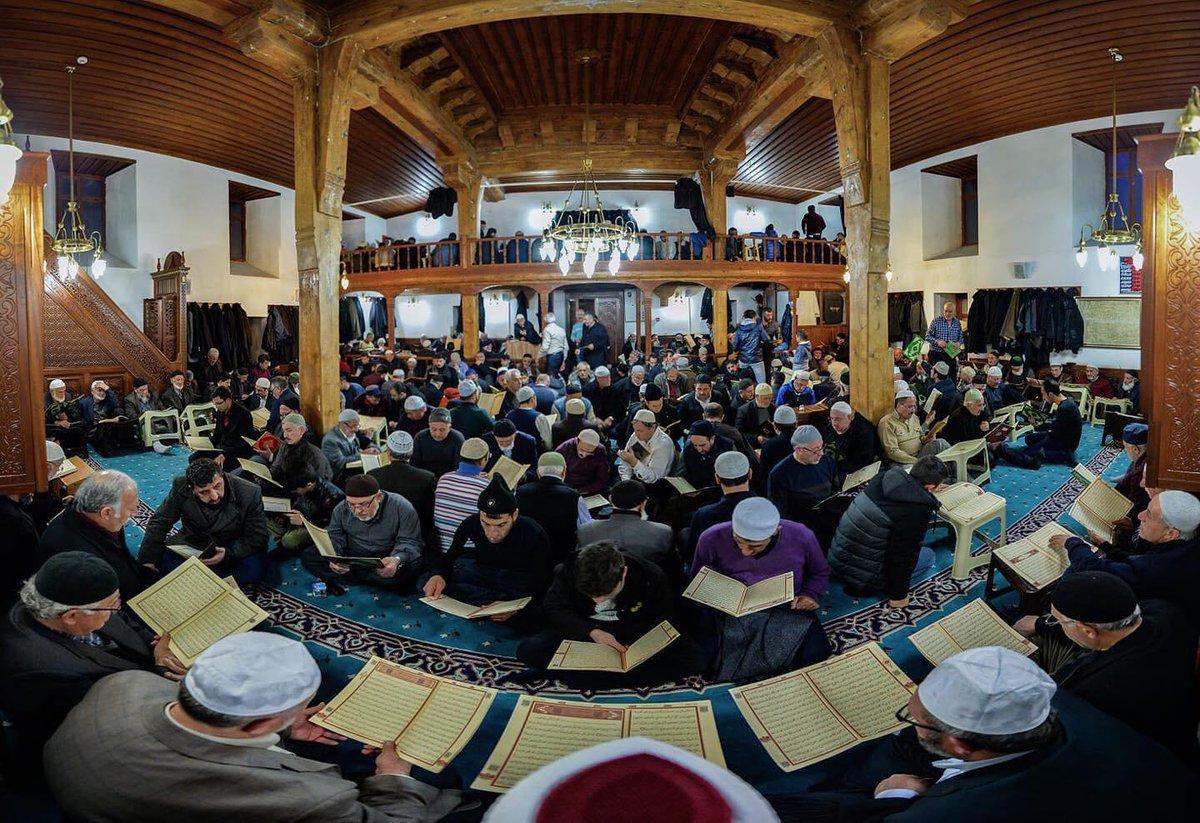 Cumamız, tüm Müslümanlar için mübarek olsun. Yüreklerimizdeki tebessüm hiç eksilmesin. Hayırlı Cumalar.