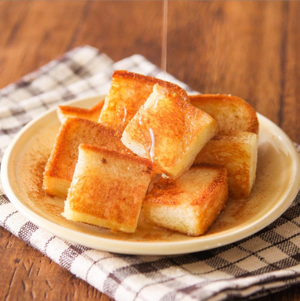 食べた人みんなが何これウマっ…ってなります カリっと甘くてたまらん… 揚げずに【食パンで揚げパン風】 じわじわと病みつきになる味と好評です オリーブ油・砂糖各大さじ1、9等分した食パン1枚を中火で熱し、砂糖が溶け表面がカリカリになるまで焼く。蜂蜜かけてお好みでシナモンふり完成!