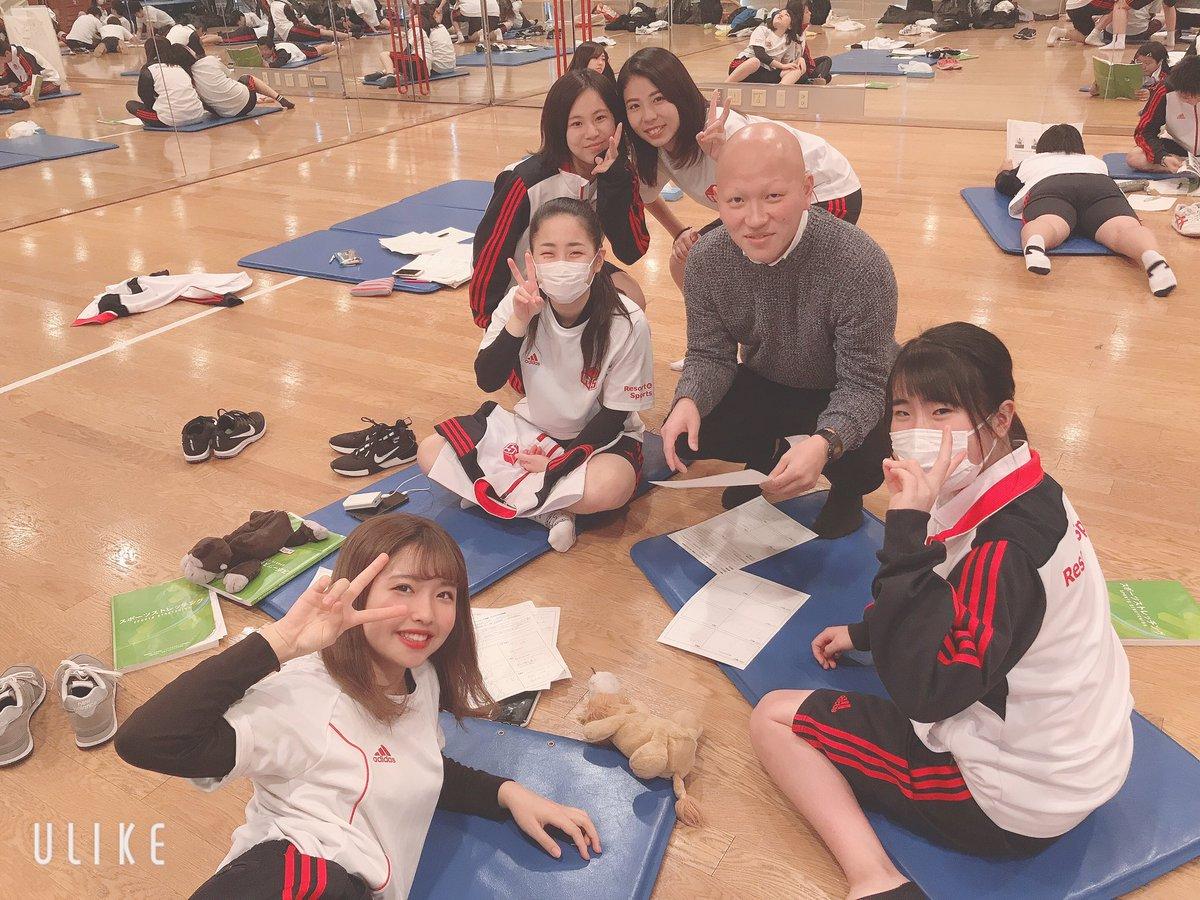 本日はストレッチの授業に潜入しました😊✨ ストレッチレッスンをする為に班になってプログラム作成🎉 リゾスポでは運動指導の為の授業がたくさん😁‼️ #ストレッチ #運動 sanko.ac.jp/yokohama-sport…