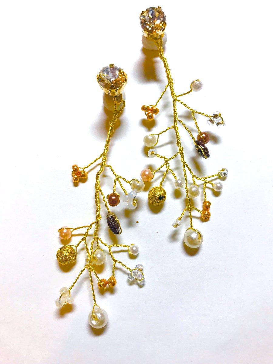 クリスマスをイメージしてピアスを制作しました✨数種類のパーツを組み合わせクリスマスツリーのようにみているだけでも心躍るようなデザインに仕上げております。ピアスキャッチを変えれば大粒のスワロフスキーのピアスとして使えます✨#b#ピアス#スワロフスキー