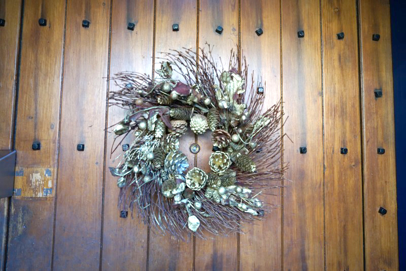 A festive welcome awaits all who enter the Chantry - just have a look at our rather gold Christmas Wreath! #KnockKnock #Wreath https://t.co/gATclpRKUc