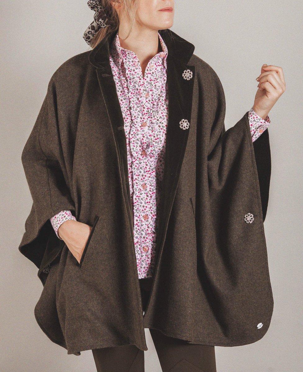 Si quieres tener un súper detallazoCAPA REVERSIBLE #tweed y #terciopelo con botones de Strass de Swarovski Unajoya de la Colección  http://pasionmorena.com Diseño y Calidad #fabricadoenespaña #pasionmorena #modacaza  #clothingcountry #countryfashion #equinestylepic.twitter.com/eUnyR9fAmQ