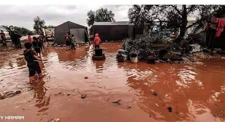 ومازالت المخيمات شمال البلاد تغمرها المياه هنا إدلب السورية !