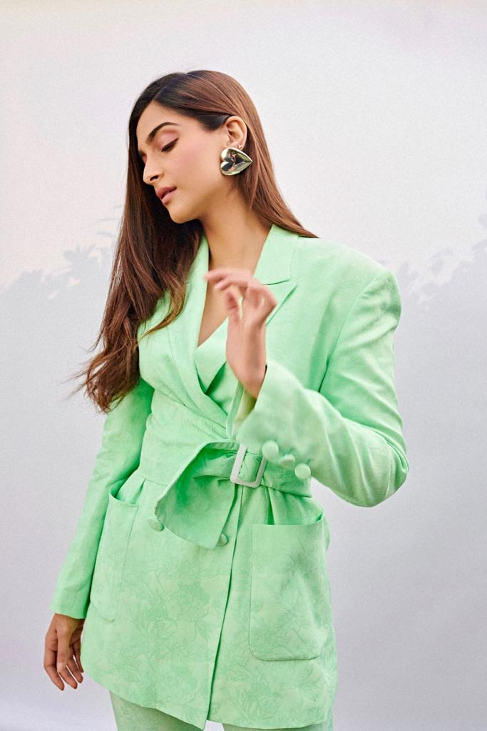 💚💚💚  Outfit: @OSMANstudio  Earrings: #ThePeterDo Shoes: #GianvitoRossi Styled by: @RheaKapoor  Assisted by: #vani2790 #manishamelwani #sanyakapoor #riakothari Makeup: #tanvichemburkar Hair: #jrmellocastro Photographed by #ThehouseofPixels
