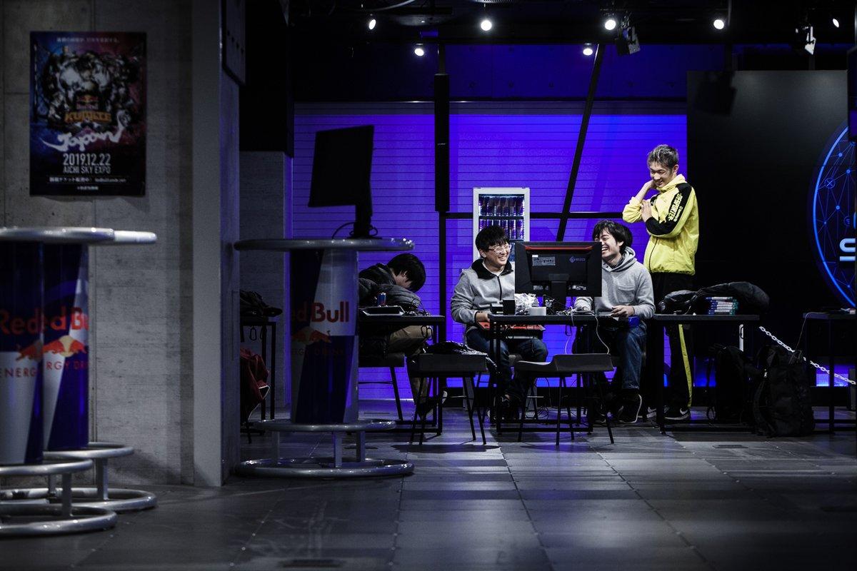 翌日のイベント設営もほぼ終わり、対戦プレイで一息入れるスタッフたち。―2019年12月、Red Bull Gaming Sphere Tokyo ohsuakira.smugmug.com