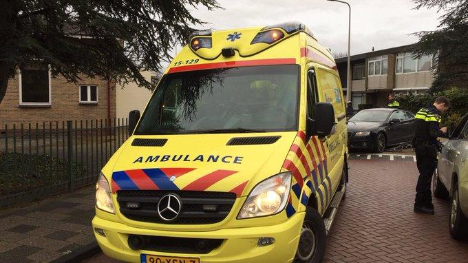 Ongeluk aan de Anjerlaan Naaldwijk tussen auto/fietsster. Vrouw wordt in ambulance behandeld https://t.co/jvq3ijIlNi