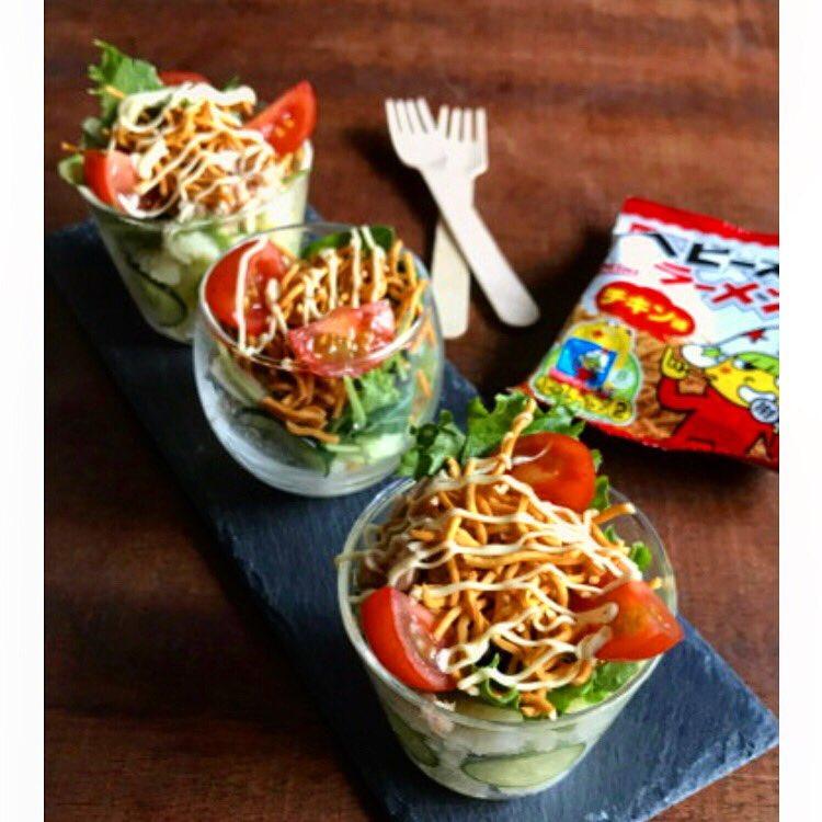 好きな野菜に乗せるだけ【パリパリカップサラダ】  カップにポテトサラダとちぎったレタス、ツナなどをいれ、ベビースターをのっけてマヨネーズをかけるだけ!ベビースターも調味料代わり。野菜がおやつ感覚で進むからお勧めです。詳しくはブログに#タイアップ