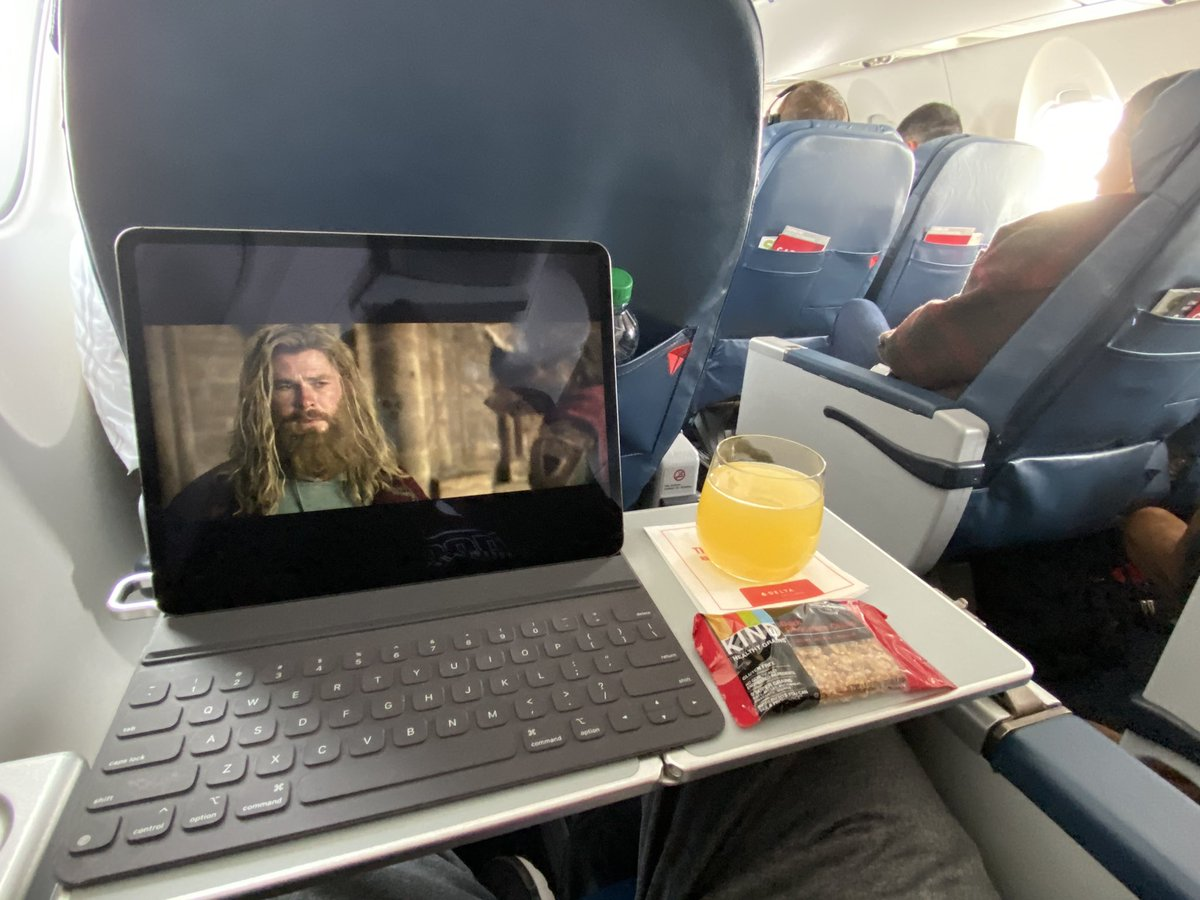 Air travel done right! First class, Avengers, & Mimosas! #fatthor#travelblog #travelbloggers #worktravel #BusinessTravelpic.twitter.com/i4dqydCrfH