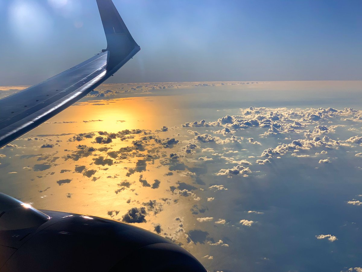 Yea it's #FlashbackFridayz & the theme is #sunsets & #skies 😄 What about a sunset from the sky? I snapped this while flying @united ✈️☀️ 👉Tag & Retweet your friends & hosts @TravelBugsWorld @carpediemeire @Adventuringgal + guest hosts @GuessWhereIWent @StromfieldAdvs