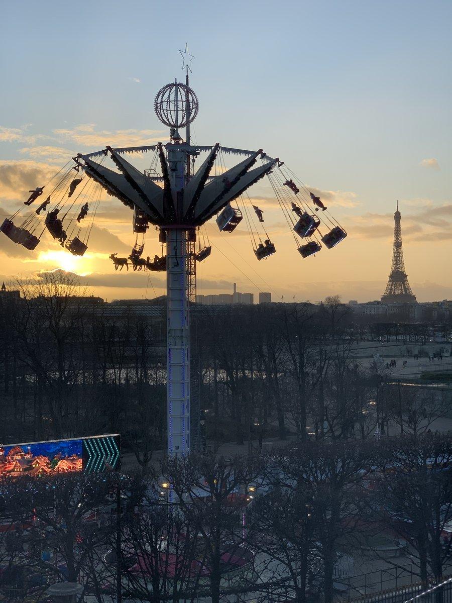 パリでの取材、ブレイク中です。窓の外が楽しそう!(寒そう…)