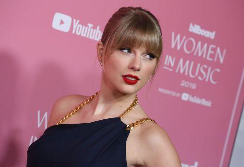 Celebrity:Power Pants! Taylor Swift Looks Chic in Blue Jumpsui..