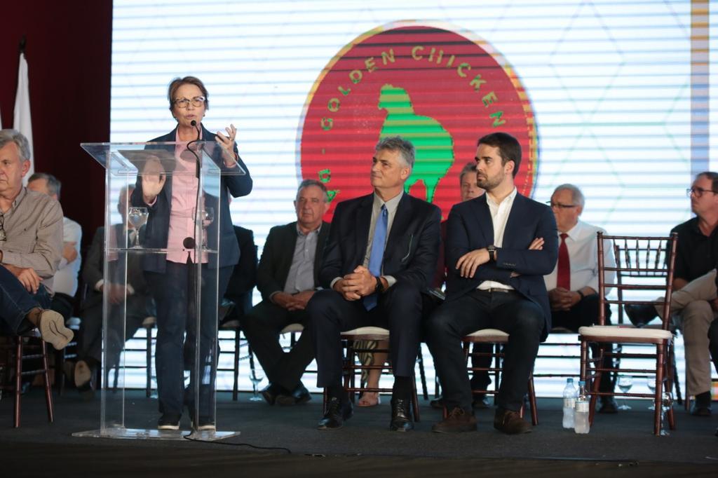 Cerimônia de inauguração do novo complexo industrial de frango de corte da cooperativa. Geração de 350 novos postos de trabalho. Esse é o caminho que o governo @jairbolsonaro quer: levar mais renda e prosperidade ao produtor rural.