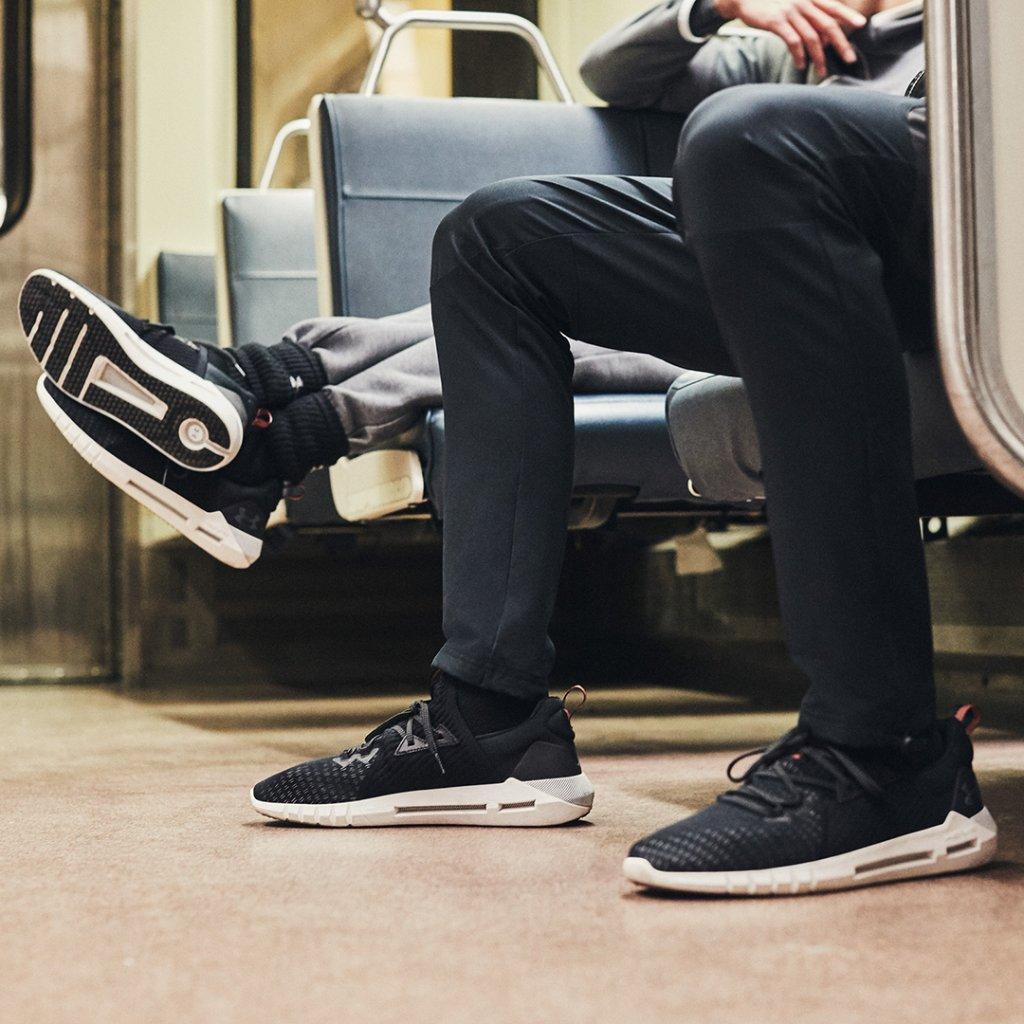 El balance perfecto entre comodidad, estilo y la tecnología de amortiguación #UAHOVR . Los SLK Evo están hechos para ti. En estas fiestas prefiere ¡Regalos que lo dan todo! https://t.co/PUwIYZfQSX